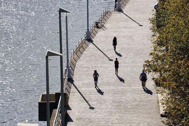 Turista che cammina per strada visitando la città di bilbao, spagna