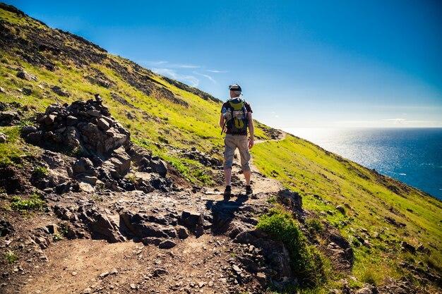 Turista che cammina su un percorso di trekking