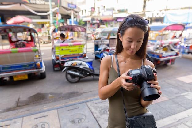 Donna turistica ad esplorare la città di bangkok a khao san road