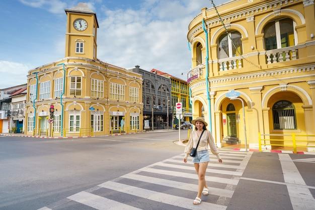 Donna turistica sulla città vecchia di phuket con la costruzione di architettura sino portoghese al centro storico di phuket