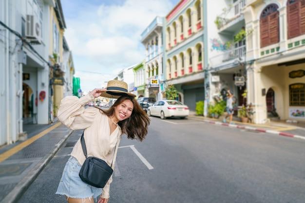 Donna turistica sulla strada città vecchia di phuket con la costruzione di architettura sino portoghese al centro storico di phuket