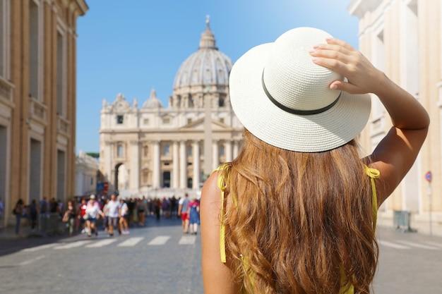 Donna turistica cammina lungo via della conciliazione a roma, italia