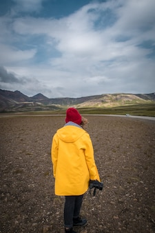 Donna turistica con macchina fotografica in piedi vicino a un bellissimo paesaggio