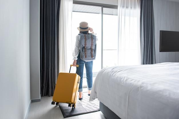 Turista con bagagli in hotel dopo il check-in
