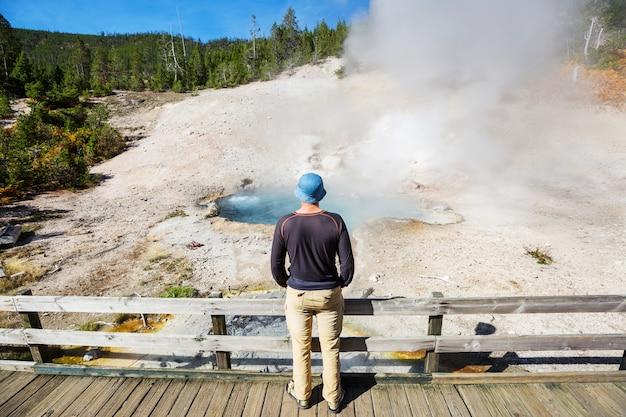 Turista nel parco nazionale di yellowstone, usa