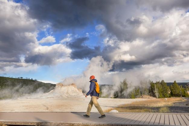 Tourist nel parco nazionale di yellowstone, usa