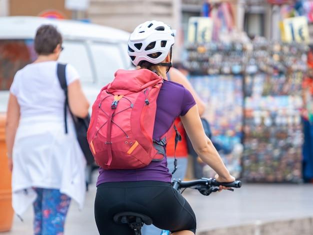 Turisti in bicicletta in vaticano, italia. viaggio. trasporti.