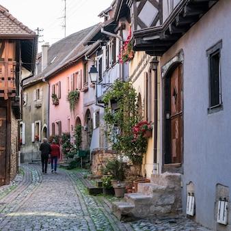 I turisti ad esplorare eguisheim in haut-rhin alsace france