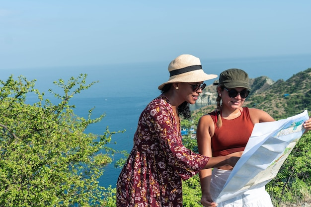 Turisti che guardano la mappa durante il viaggio, concetto di stile di vita avventuroso