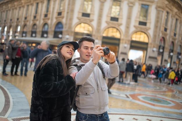 Turisti che fotografano e si divertono a milano, italia