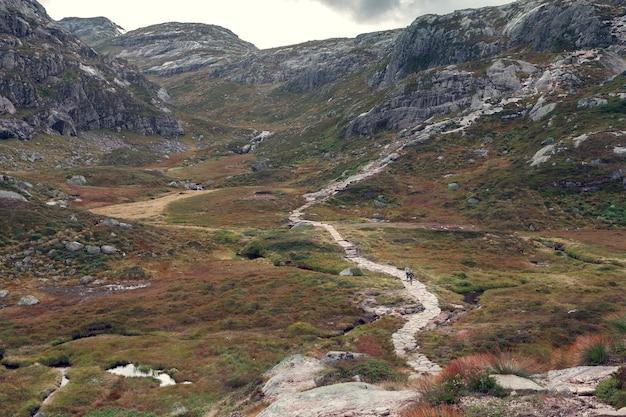 I turisti salgono in cima alle montagne