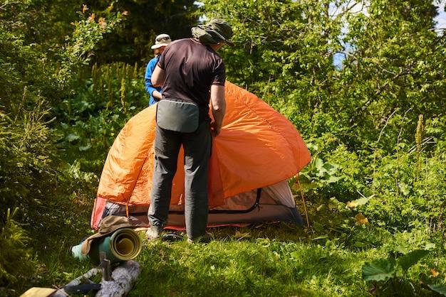 I turisti hanno installato una tenda in campeggio nella foresta