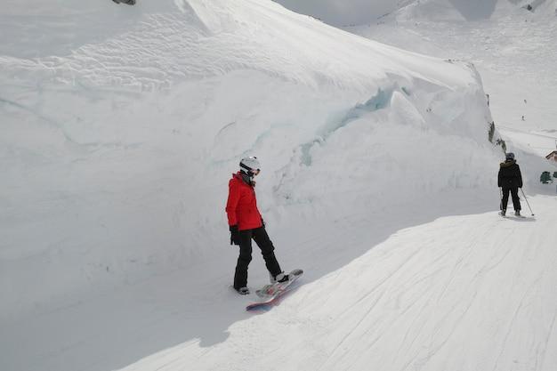 Turisti che sciano nella valle innevata, whistler, columbia britannica, canada