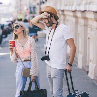 Turisti stanchi per un lungo viaggio e bagagli pesanti. vacanze in famiglia. concetto di giornata estiva calda