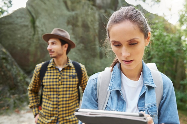 Turisti che utilizzano un tablet digitale