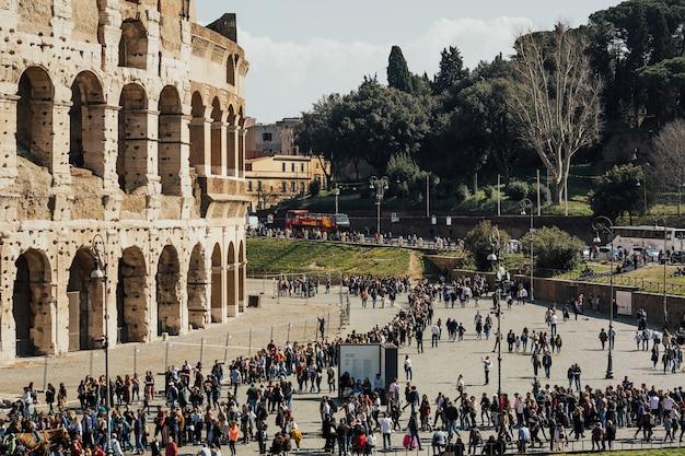 I turisti visitano il colosseo in italia, europa.
