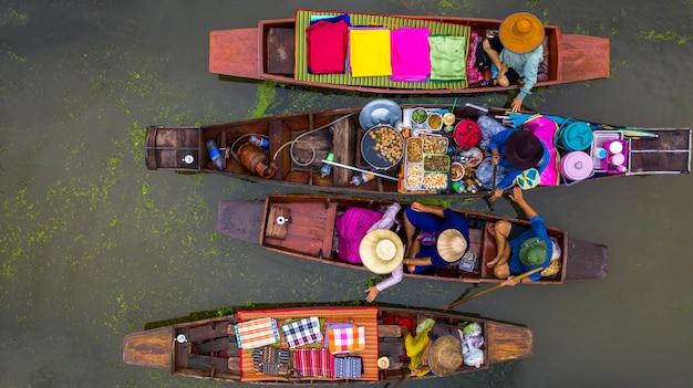Turisti che visitano in barca