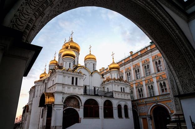 Turisti che visitano il cremlino. all'interno di questa piazza sobornaya dove si trova la cattedrale dell'assunzione.