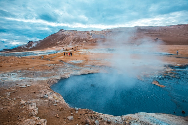 Turisti che visitano il parco myvatn, uno dei parchi più speciali dell'isola d'islanda