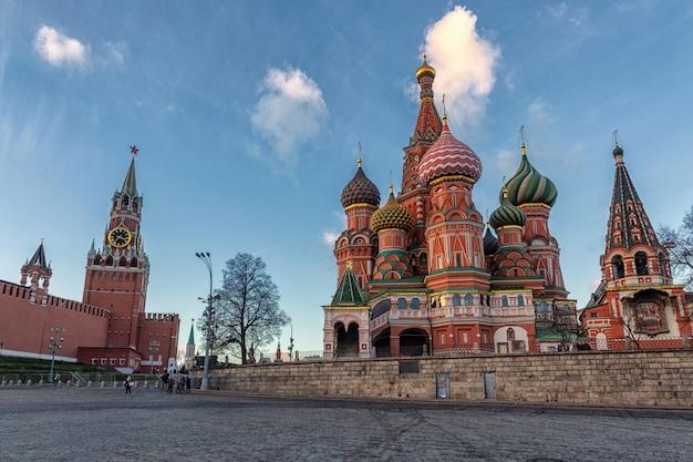Turisti che camminano vicino al cremlino e alla cattedrale di san basilio a mosca