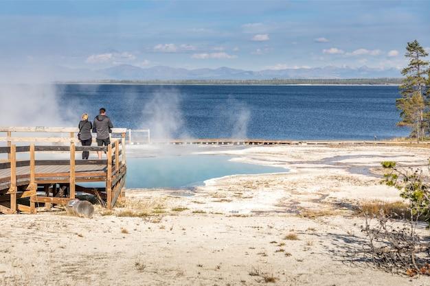 Toursts sul lungomare a west thumb geyser basin, il parco nazionale di yellowstone