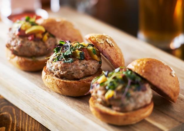 Traino di tre mini cursori di hamburger di tacchino con panini brioche