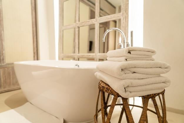 Asciugamano con vasca da bagno in bagno di lusso