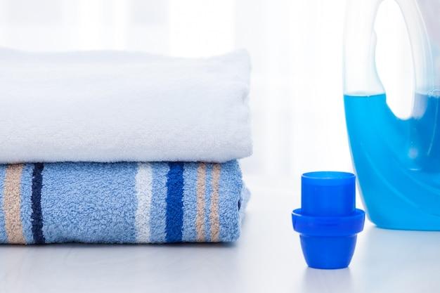 Asciugamani e detersivo liquido per bucato.