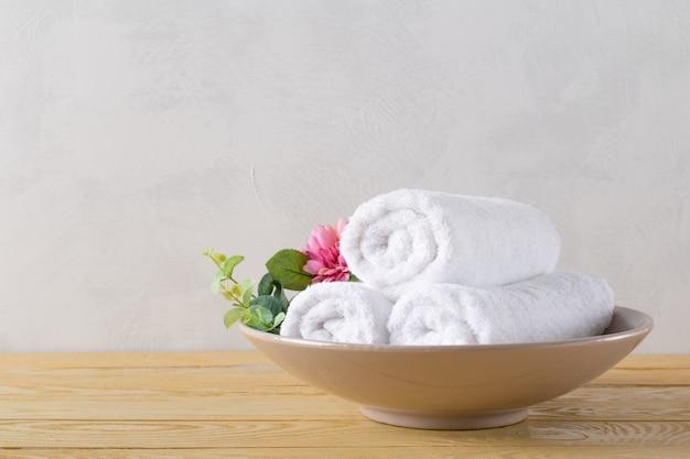 Rotolo di asciugamani con fiore