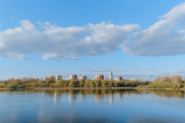 Edifici di appartamenti a torre dal fiume vistola nel quartiere praga a varsavia, polonia
