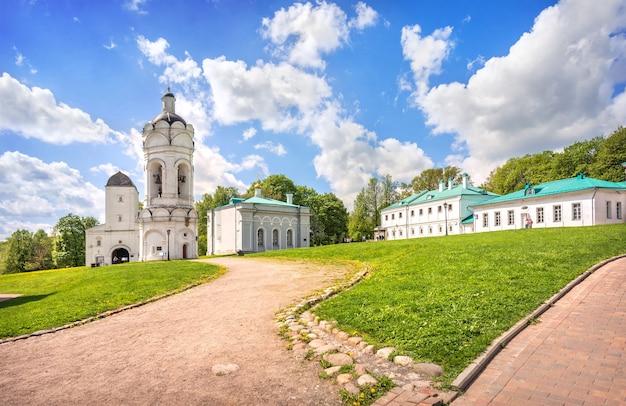Torre, campanile e chiesa di san giorgio in kolomenskoye a mosca in una giornata di sole estivo