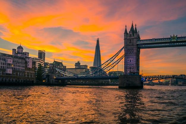Tower bridge di londra al tramonto.