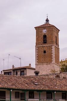 La torre di reloj a chinchon madrid spagna è un mix di tradizione gotica rinascimentale e barocca spagnola...