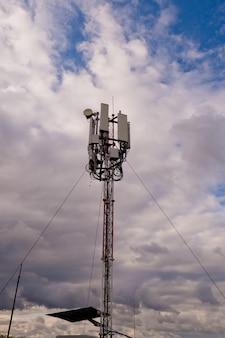 Torre con antenna di rete cellulare 5g e 4g