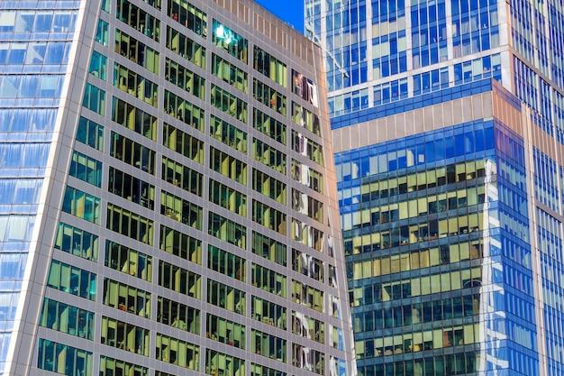 Torri del primo piano della città di mosca del centro di affari internazionali nella giornata di sole Foto Premium