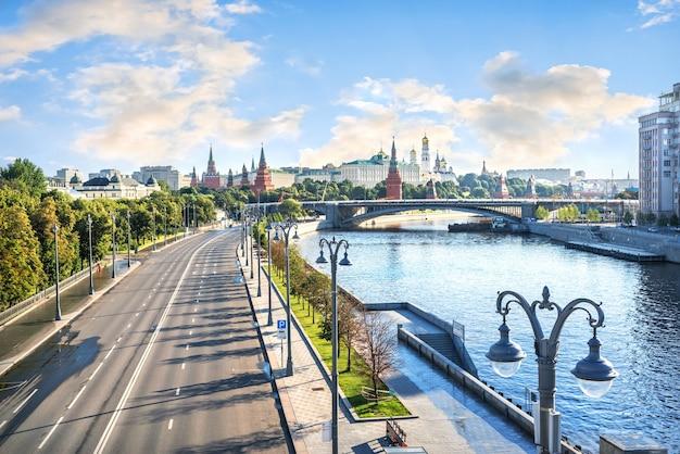 Torri e templi del cremlino a mosca e il fiume moskva in una mattina di sole estivo