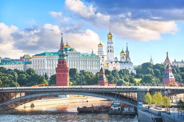 Torri e templi del cremlino a mosca in una mattina di sole estivo
