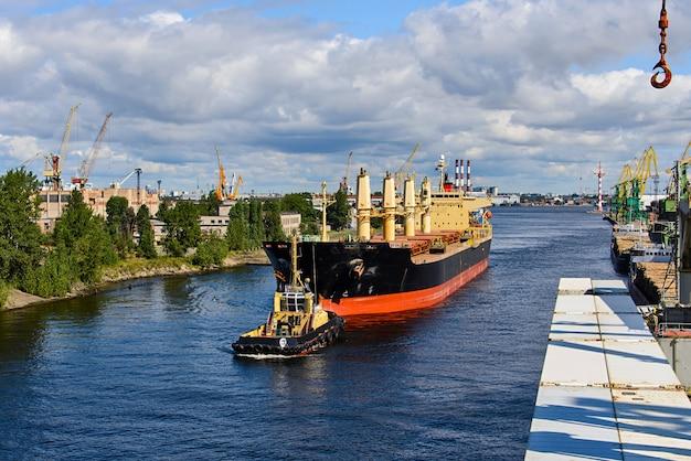 Rimorchio della nave da carico in porto