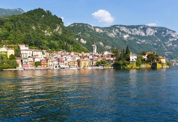 Città sulla costa del lago di como (italia). vista estiva dal bordo della nave