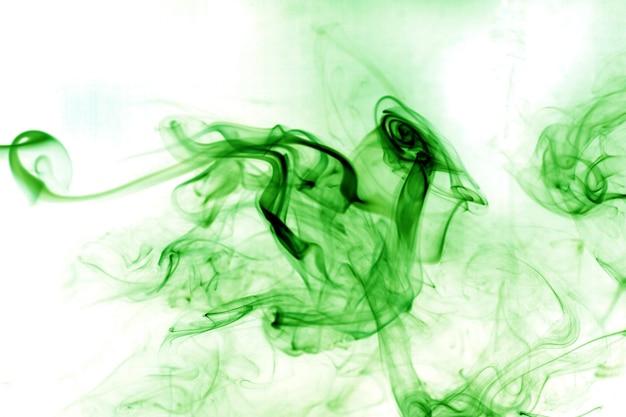 Fumi tossici verdi su sfondo bianco.