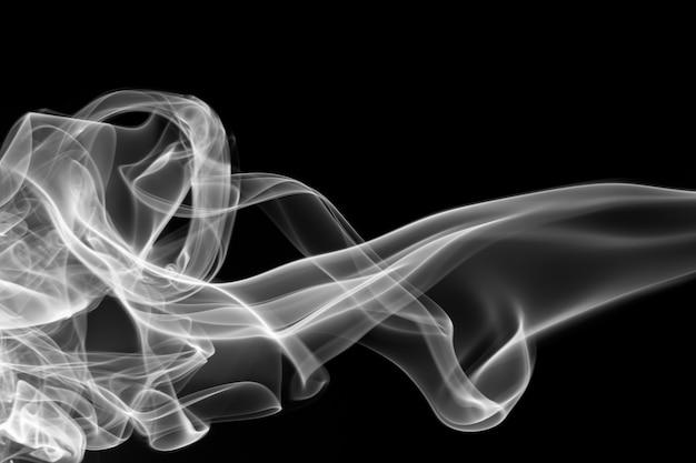 Movimento di fumo tossico su sfondo nero per il design