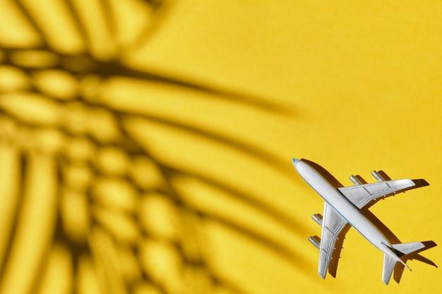 Aeroplano giocattolo su sfondo giallo.