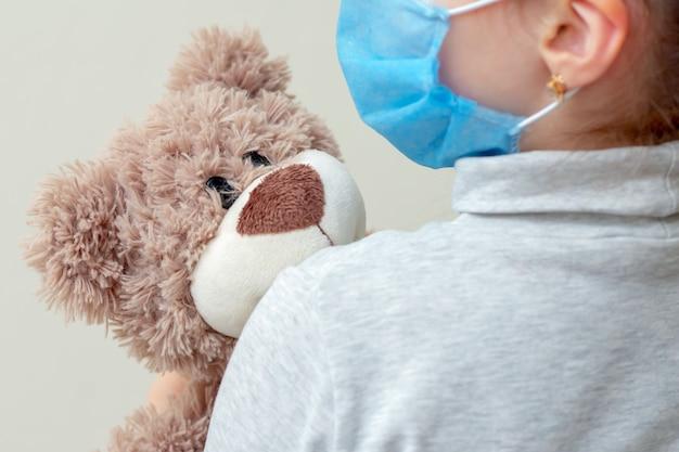 Orso giocattolo nelle mani del bambino.