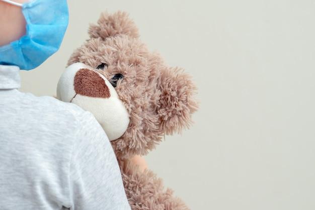 Orso giocattolo nelle mani del bambino
