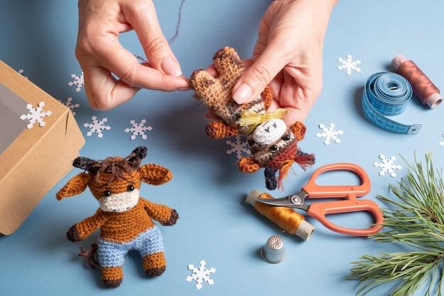 Toro giocattolo simbolo del 2021 lavorato all'uncinetto con la tecnica di lavorazione a maglia amigurumi.