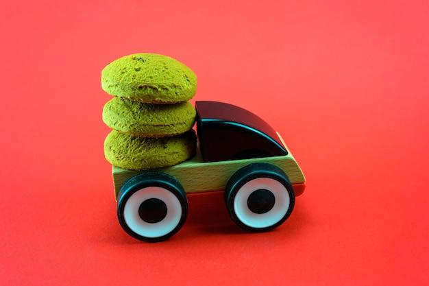 Una macchinina porta i biscotti di natale.