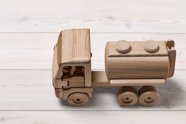 Auto giocattolo con cisterna su una superficie di legno