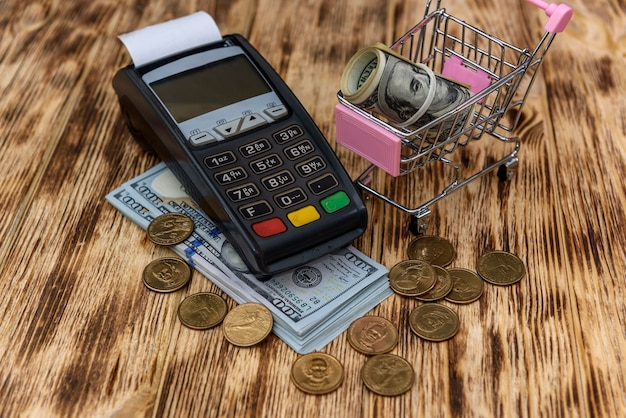 Carrello giocattolo con dollaro, carta di credito e terminale bancario