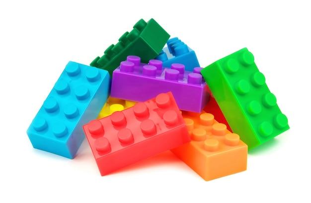 Blocchi di plastica colorati giocattolo isolati su sfondo bianco