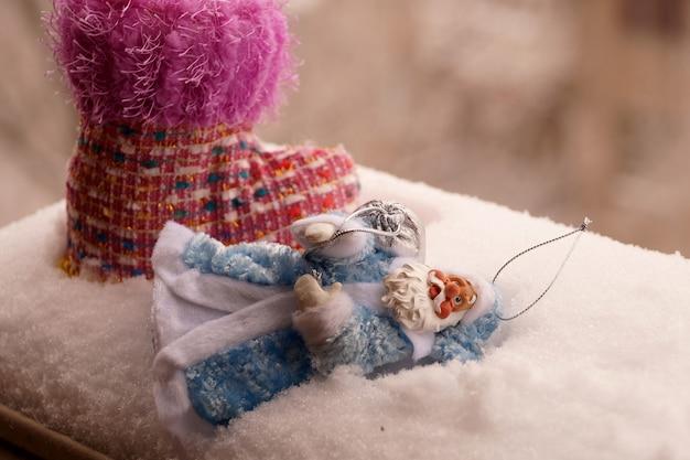 Toy father frost in una pelliccia blu con una borsa argentata
